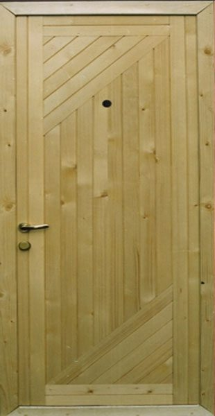 Деревянная дверь, обшитая вагонкой