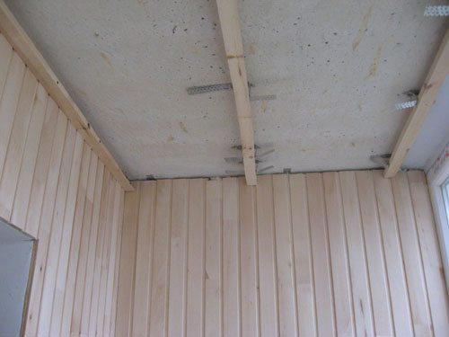если большие неровности имеет потолок - можно использовать подвесы от профиля для гипсокартона