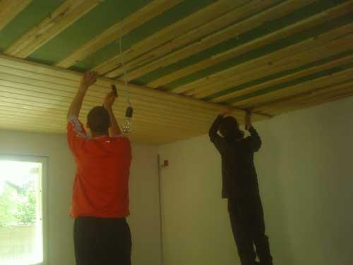 Монтаж планок на потолок.