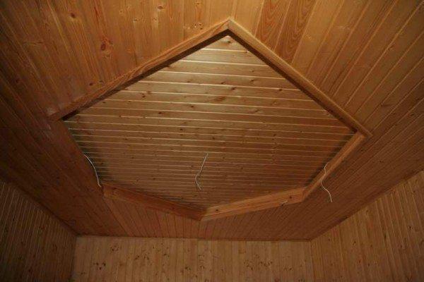 Потолок вскрыт морилкой и лаком
