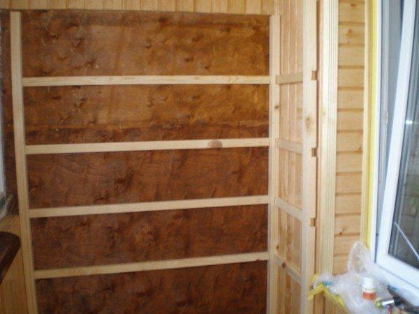 шкаф из вагонки на балконе