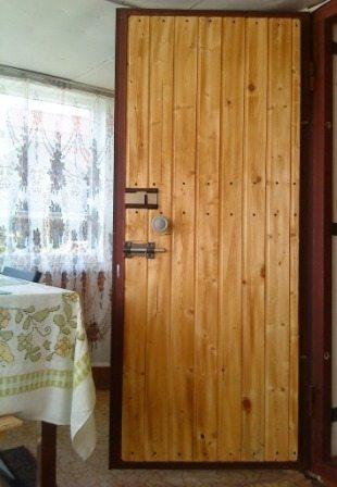 Входные металлические двери с отделкой вагонкой